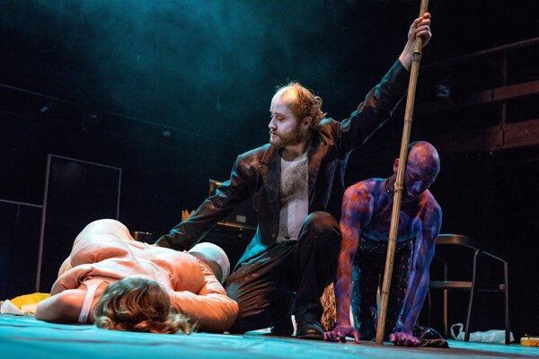Boha Dionýza stvárňuje v Bakchantkách v SND Daniel Fischer