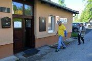 Na snímke voliči prichádzajú do volebnej miestnosti v osade Vyšné Hágy vo Vysokých Tatrách