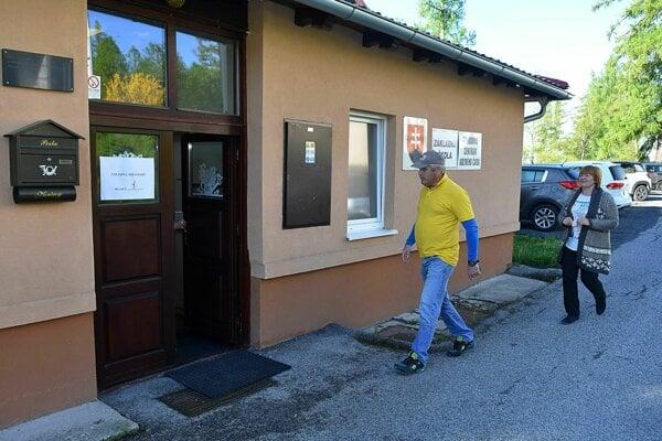 Na snímke voliči prichádzajú do volebnej miestnosti v osade Vyšné Hágy vo Vysokých Tatrách.