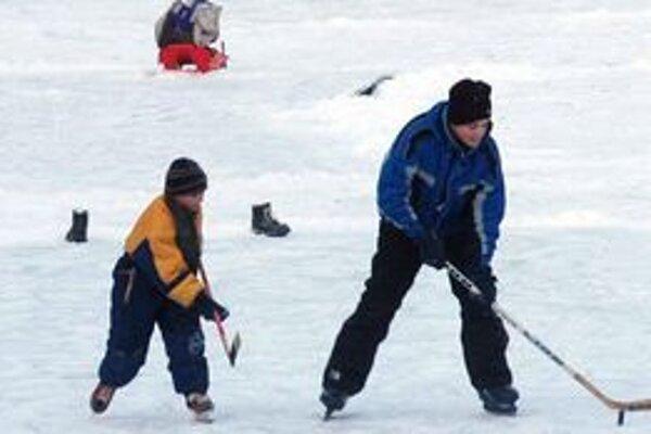 Na novom klzisku v Poltári si večer zvyknú chlapci zahrať hokej.