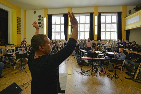 Oskar Rózsa diriguje na skúške Omši niekoľko desiatok hudobníkov a zboristov.