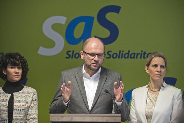 Predseda SaS Richard Sulík, vľavo Lucia Nicholsonová a vpravo Jana Kiššová