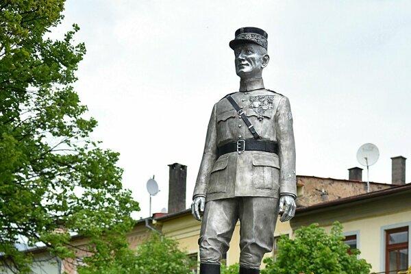 Hliníková socha Milana Rastislava štefánika v centre Spišskej Belej.