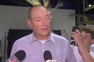 Austrálsky tínedžer Will Connolly rozbil vajce o hlavu Fraserovi Anningovi, ktorý tvrdil, že streľba v mešitách bola dôsledkom moslimskej imigrácie.