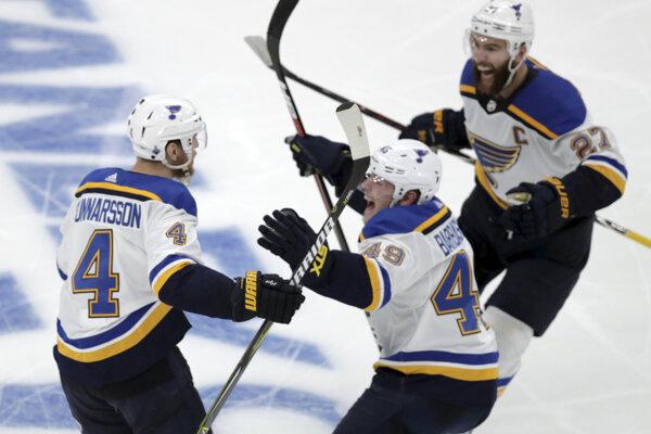 Carl Gunnarsson (vľavo) oslavuje víťazný gól v druhom zápase finále NHL na ľade Bostonu Bruins.