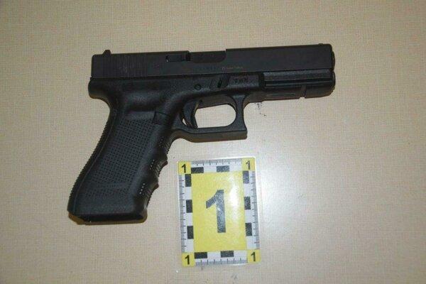 Jedna z troch strelných zbraní nájdená v batožine cudzinky.