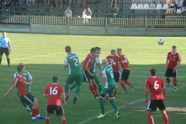 Táto lopta z hlavy kapitána FKM Ešeka smeruje do trnavskej brány.