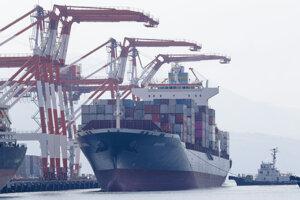 Loď Cargo ship M/V Bavaria príjima v prístave Subic kontajnery s ilegálnym odpadom na vývoz z Filipín.