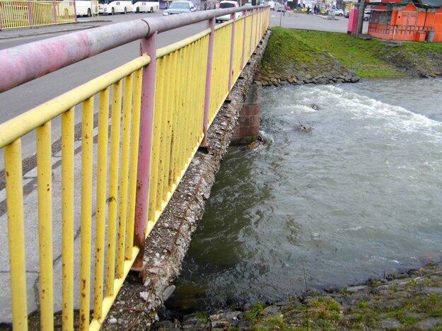 Celý most si vyžaduje kompletnú opravu.