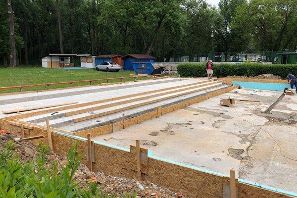 Práce na detskom bazéne budú hotové do otvorenia.