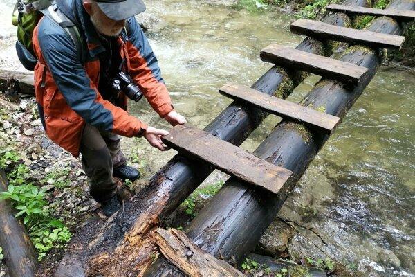Rozpadnuté a kývajúce sa, aj takéto sú drevené rebríky, po ktorých chodia turisti v Slovenskom raji.