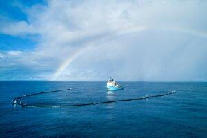 Prvý systém Ocean Cleanup na mori. Do prístavu sa vrátil v januári 2019.
