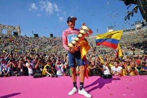 Richard Carapaz oslavuje triumf na Giro d'Italia 2019.