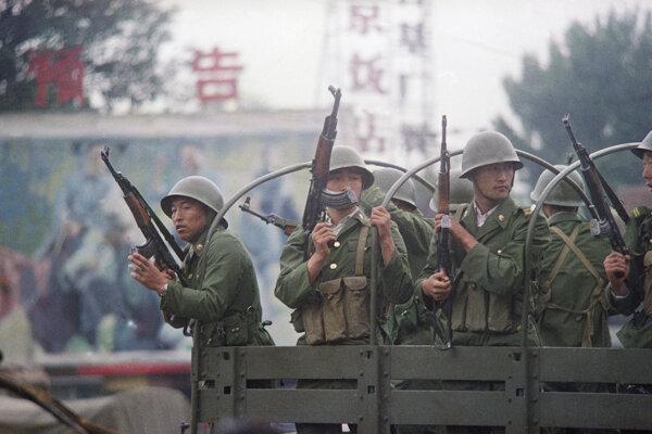 Čínski vojaci na Námestí nebeského pokoja.