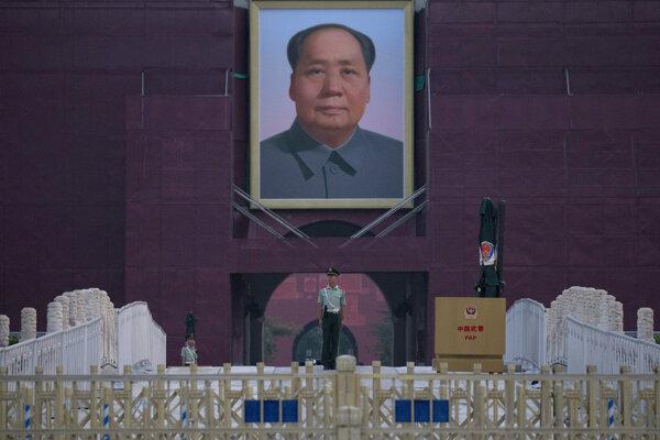 Policajt hliadkuje na Námestí nebeského pokoja v Pekingu v deň výročia protestov.