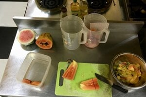 Príprava raňajok pre JJ's hostel - za takúto prácu mohla Miška s Gabom bývať v hosteli zadarmo.