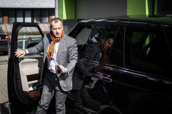 Boris Kollár prichádza do Liberálneho domu.