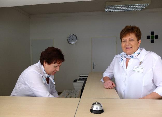 Pracovníčky recepcie pacientom poradia a nasmerujú ich.