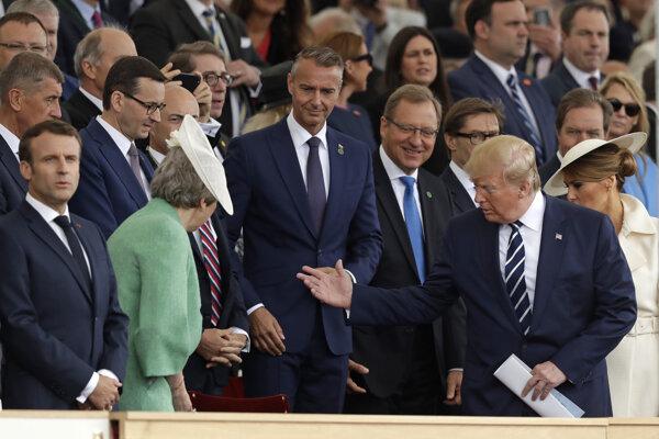 Podpredseda slovenskej vlády Richard Raši (uprostred), americký prezident Donald Trump (druhý sprava), prvá dáma USA Melania Trumpová (vpravo), francúzsky prezident Emmanuel Macron (vľavo) a britská premiérka Theresa Mayová sa účastnia na podujatí pri príležitosti 75. výročia vylodenia v Normandii.