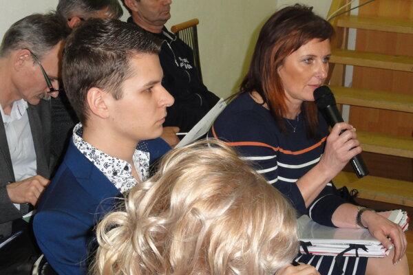 Poverená riaditeľka nemocnice Nina Horniaková s účtovníkom nemocnice Romanom Kocianom na rokovaní mestského zastupiteľstva.