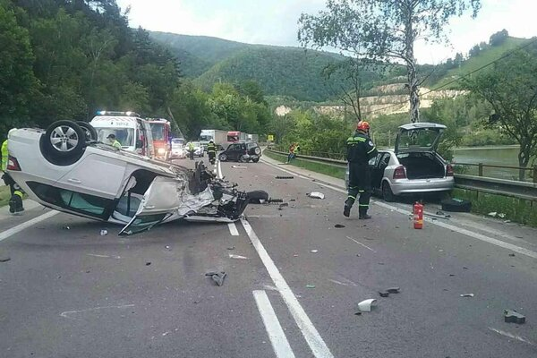 Jedno z áut po dopravnej nehode skončilo prevrátené na streche.