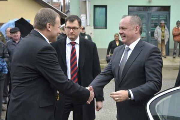 Vľavo starosta Spišského Hrhova, vpravo prezident SR Andrej Kiska počas jednej z oficiálnych návštev v obci.