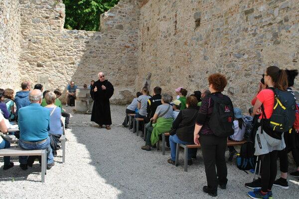 Sprievodcovia ľuďom priblížili históriu Zoborského kláštora aj na Púti do Nitravy.