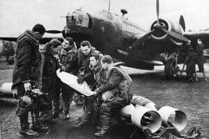 Posádka F/Sgt Josefa Bernata pred bombardérom Wellington Mk IC. Celkom vľavo Karel Valach, jeden z ôsmich letcov, ktorí uleteli 7. júna 1939 z Piešťan.