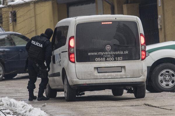 Na snímke policajti zabezpečujú prístup k bývalej vile Ernesta Valka počas rekonštrukcie vraždy v Limbachu pri Bratislave 26. januára 2018.