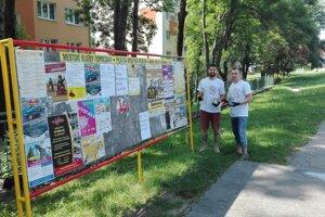 V Topoľčanoch dobrovoľníci natierajú výlepové plochy.