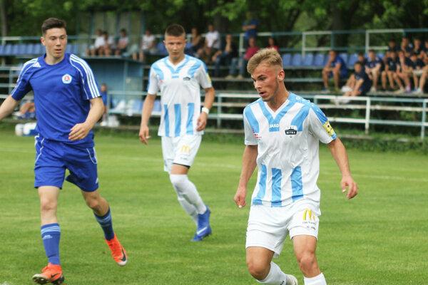 S loptou domáci hráč Matúš Michalka.