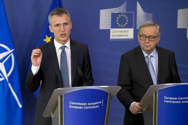 Generálny tajomník NATO Jens Stoltenberg (vľavo) počas tlačovej konferencie s predsedom Európskej komisie Jeanom-Claudeom Junckerom viedli rozhovory o migračnej kríze.
