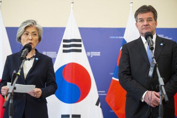 Ministerka zahraničných vecí Kórejskej republiky Kang Kyung-wha a minister zahraničných vecí a európskych záležitostí Miroslav Lajčák.