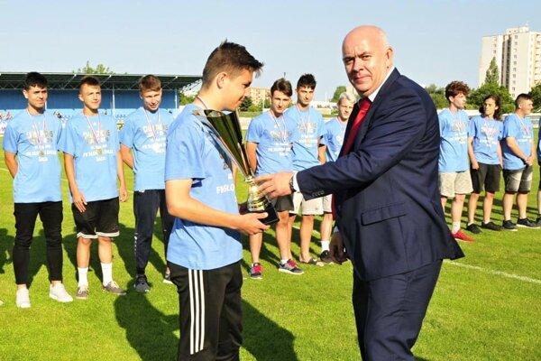 Mladší dorastenci FK Slovan Duslo Šaľa sa stali víťazmi tretej ligy mladšieho dorastu.