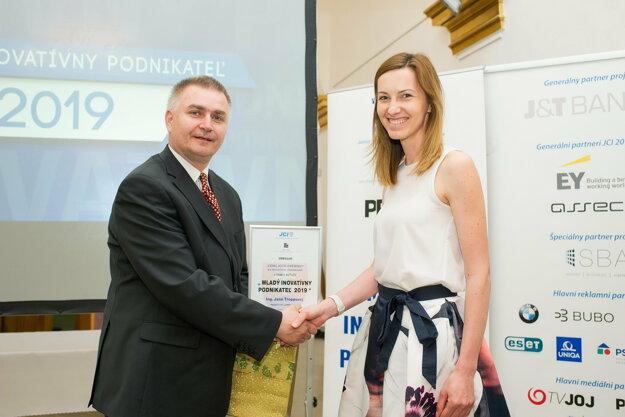 Výkonný predseda JCI - Slovakia Marián Meško odovzdáva diplom Jane Troppovej.