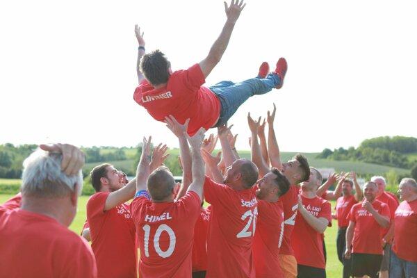 Očkovskí futbalisti oslávili víťazstvo v VI. lige.