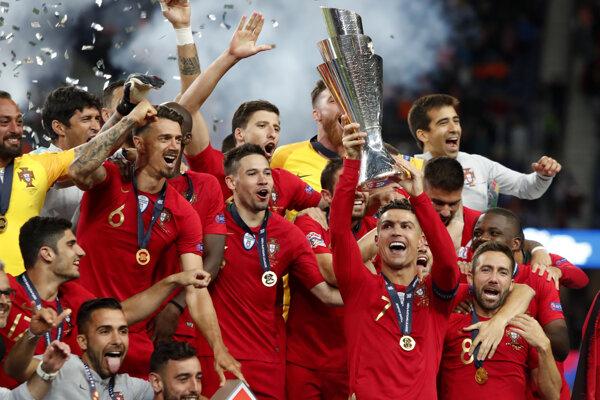 Futbalisti Portugalska oslavujú triumf v premiérovom ročníku Ligy národov 2018/2019.