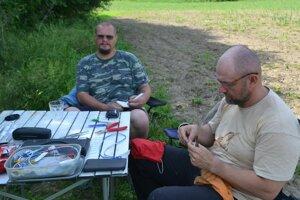 Ornitologovia Dušan Kerestúr (vpravo) s Marianom Mojžišom pri práci.