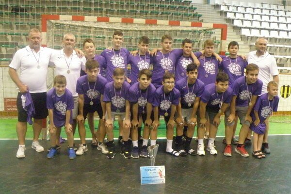 Družstvo starších žiakov MHC Štart Nové Zámky, ktoré na domácich majstrovstvách Slovenska obsadilo druhé miesto.