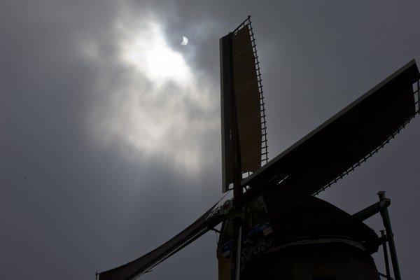 Práve oblačnosť znemožnila čisto zachytiť úplné zatmenie Slnka, vysvetľuje Kaniansky.