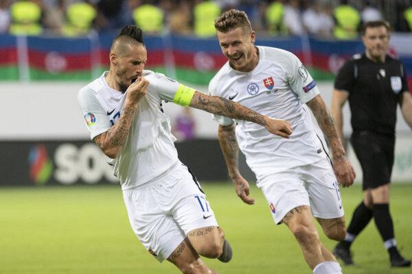 Marek Hamšík (vľavo) a Juraj Kucka sa radujú po treťom strelenom góle počas zápasu kvalifikačnej E-skupiny Azerbajdžan - Slovensko o postup na futbalové ME2020 v Baku.