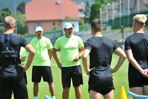 Tréner Jaroslav Kentoš (v strede) privítal v úvode prípravy 26 hráčov.