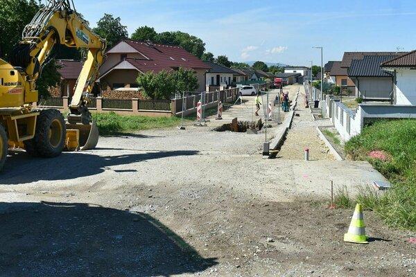 Z výstavby kanalizácie v Ladcoch. Lokalita za kaštieľov.