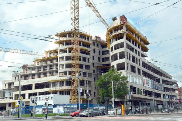 Na stavbe panuje čulý pracovný ruch.