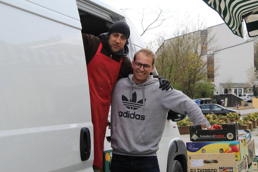 Fabian a Ibrahim chodia na pasovské trhovisko každý piatok.
