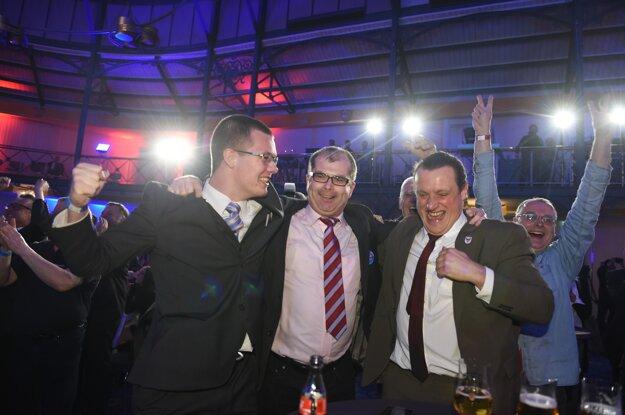 Členovia Alternatívy pre Nemecko oslavujú úspech vo voľbách.