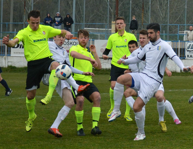 Futbalisti Serede (v zeleno-čiernom) v nedeľu doma zakopli. Pre ŠKF je to nečakaná komplikácia v boji o prvú šestku.