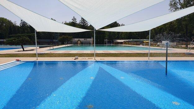 Plachty nad detským bazénom.