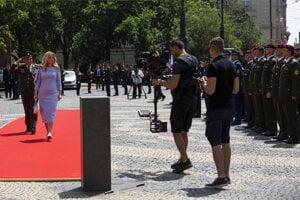 Prezidentka Čaputová  v sprievode náčelníka Generálneho štábu Ozbrojených síl generála Daniela Zmeka počas prehliadky jednotiek.