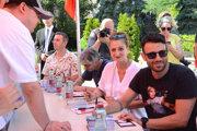 Zľava Štefan Martinovič, Boris Farkaš, Lucia Vráblicová a Robo Jakab počas autogramiády na Art Film Feste.
